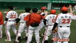 62. 홈런타자 김태균을 반기는 선수들