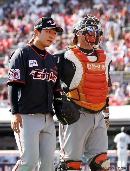 선발투수 김용주 선수와 포수 조인성선수의 모습