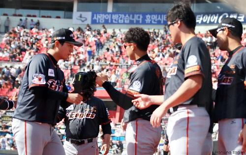 마운드를 내려온 김요주 선수에게 격려를 해주는 선수단의 모습
