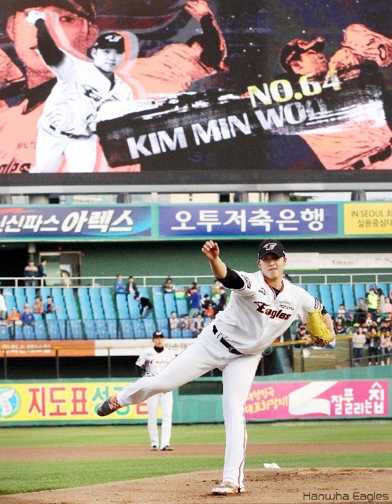 선발투수 김민우 선수의 투구하는 모습