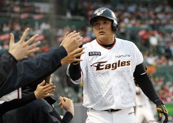 시즌 1호 홈런을 기록한 김태균선수