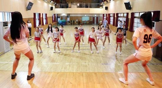 샘머리초등학교에서 청소년 치어리더팀에게 동작을 가르쳐주는 조민지&이은지 치어리더
