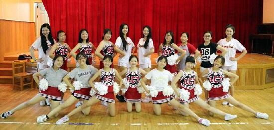 샘머리초등학교에서 청소년 치어리더팀에게 동작을 가르쳐 준 후 단체사진 촬영
